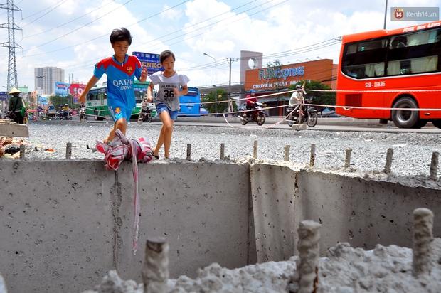 Chuyện lạ Sài Gòn: Mùa mưa về, rủ nhau xây thành lũy chắn trước nhà để... chống ngập - Ảnh 2.