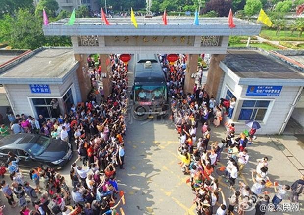 Hàng chục ngàn phụ huynh Trung Quốc tiễn con lên đường đi thi Đại học - Ảnh 5.