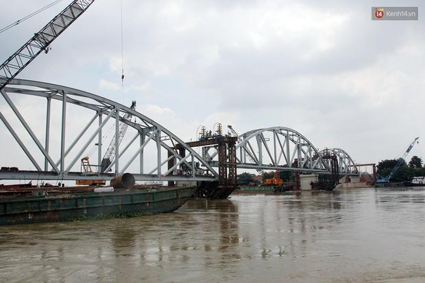 Cầu Ghềnh sắp nối nhịp đôi bờ, đường sắt Bắc Nam chuẩn bị thông tuyến - Ảnh 3.