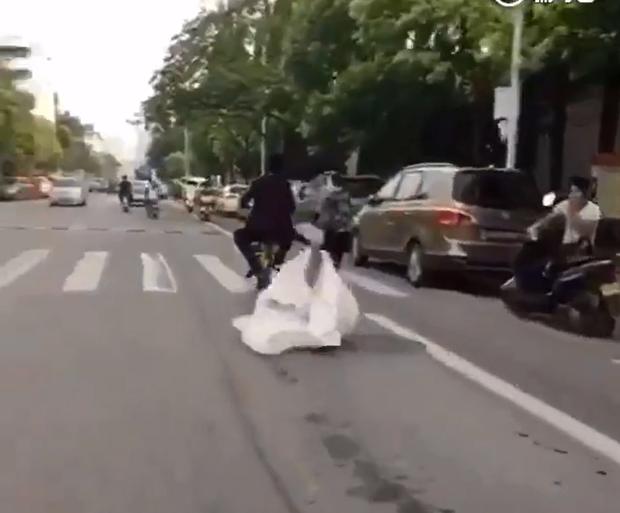 Đánh rơi cô dâu giữa đường, chú rể vẫn hồn nhiên phóng xe đi tiếp - Ảnh 4.