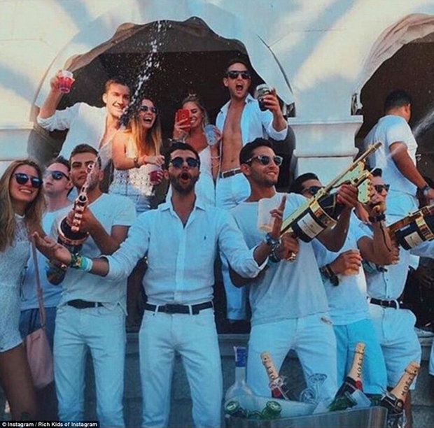 Con gái Donald Trump và hội con nhà giàu Mỹ vui chơi hết mình trong những bữa tiệc mùa hè xa hoa - Ảnh 1.