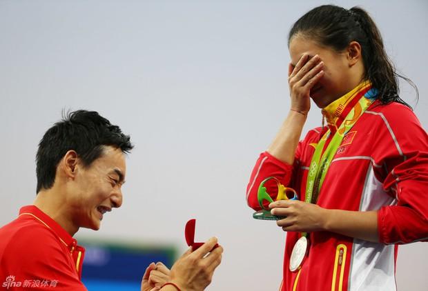 Nữ VĐV Trung Quốc xinh đẹp bật khóc khi được cầu hôn trên sàn đấu Olympic 2016 - Ảnh 3.