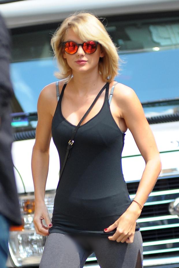 Taylor Swift vô tình lộ vùng kín trên phố vì mặc quần bó sát - Ảnh 3.