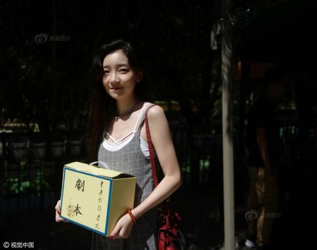 Những nữ sinh xinh đẹp trong ngày báo danh ở lò đào tạo minh tinh hàng đầu Trung Quốc - Ảnh 11.