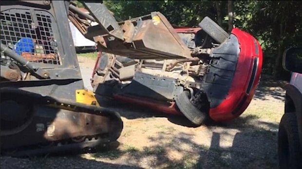 Giận con gái lén hẹn bạn trai trong xe ô tô, bố dùng xe xúc đất phá nát chiếc Audi đắt tiền - Ảnh 5.