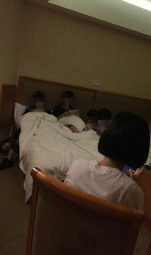 Nhóm học sinh Tiểu học cả nam lẫn nữ hồn nhiên rủ nhau vào khách sạn thuê phòng để chơi game - Ảnh 2.