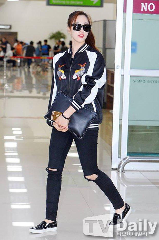 Giữa cả đống đồ hiệu, Eunjung đã chọn diện chiếc jacket thêu hình cá chép Đông Hồ đến từ Việt Nam - Ảnh 3.