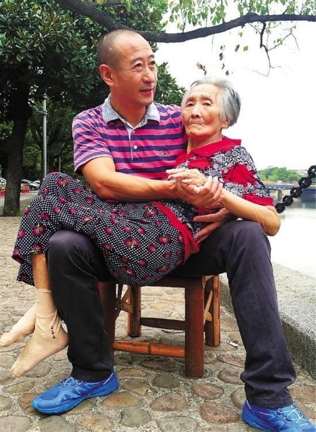 Lặng người trước hình ảnh con trai hiếu thảo ôm người mẹ 82 tuổi ốm yếu ra bờ sông chuyện trò mỗi ngày - Ảnh 2.