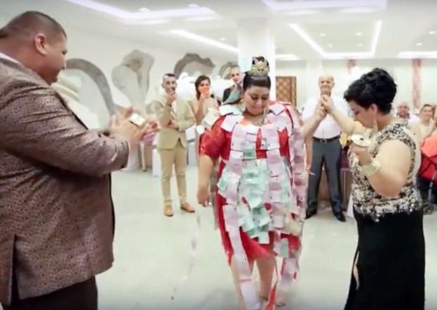 Cô dâu mặc váy hơn 5 tỷ đồng và bốc vàng ném cho quan khách trong ngày cưới - Ảnh 4.