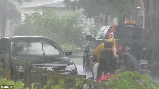 Người anh hùng dãi gió dầm mưa để giúp đỡ một người đi xe lăn gặp nạn - Ảnh 4.