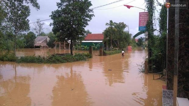 Hà Tĩnh: Lũ nhấn chìm cả trăm ngôi nhà, hàng nghìn người bị cô lập, một người bị nước cuốn mất tích - Ảnh 3.