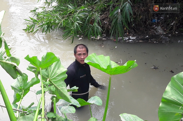 Chùm ảnh: Lội suối, lật nắp cống tìm tung tích bé trai bị nước cuốn trôi ở Bình Dương - Ảnh 3.