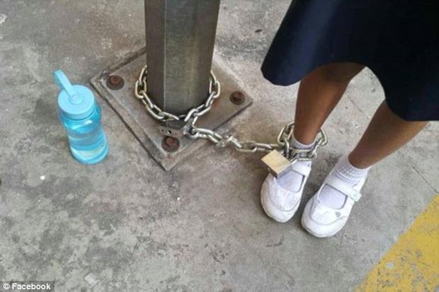 Trốn học, bé gái người Malaysia bị mẹ xích vào cột đèn - Ảnh 3.