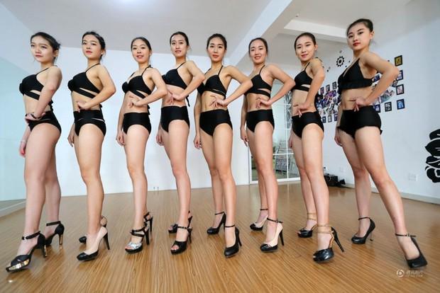 Những cô gái chân dài tất bật chuẩn bị cho kỳ thi tuyển sinh vào các trường nghệ thuật - Ảnh 1.