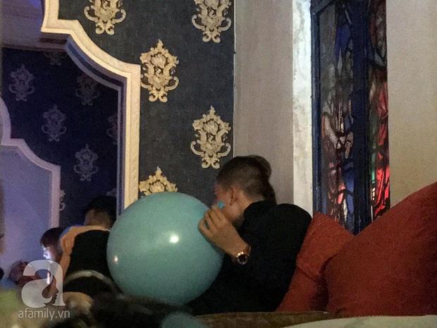 Hoa hậu Kỳ Duyên thổi bóng cười, thoải mái khoá môi bạn trai trong góc tối - Ảnh 3.