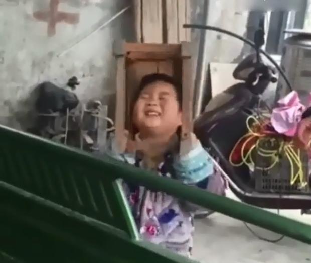 Trung Quốc: Bé trai nghịch ngợm kẹt đầu vào ghế gỗ, người lớn đứng bên cạnh cười sằng sặc - Ảnh 5.