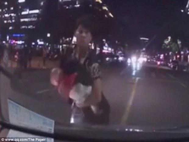 Cãi nhau với vợ, thanh niên trẻ ôm con lao vào đầu xe hơi - Ảnh 4.