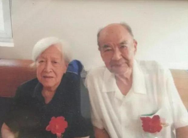 Trước khi rời xa thế giới này, ông lão 92 tuổi chỉ ao ước được một lần nắm tay người vợ thân yêu - Ảnh 1.