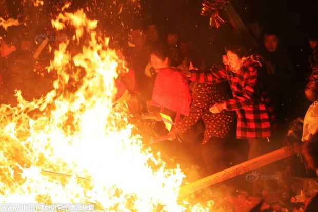 Người dân Trung Quốc chen chúc lên chùa cầu may dịp đầu năm mới - Ảnh 29.