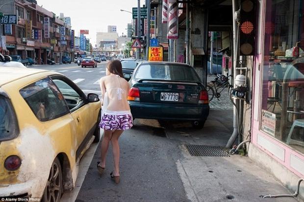 Cuộc sống ít người biết của những nàng Tây Thi bán trầu nóng bỏng trên đường phố Đài Loan - Ảnh 4.