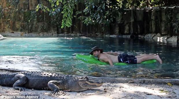 Thanh niên lầy của năm: Một mình ôm phao bơi trong hồ đầy cá sấu - Ảnh 4.