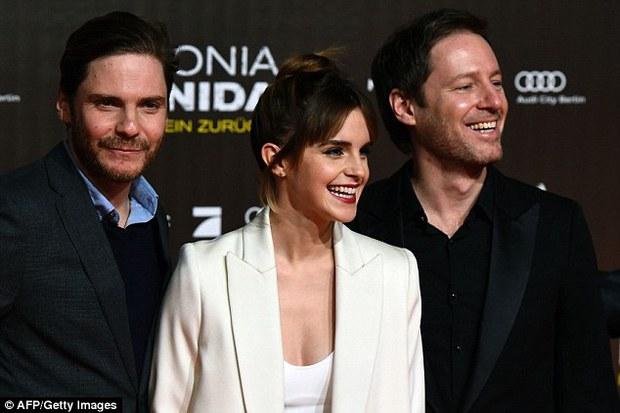 Emma Watson diện váy trễ nải khoe vòng 1 gợi cảm trên thảm đỏ - Ảnh 6.