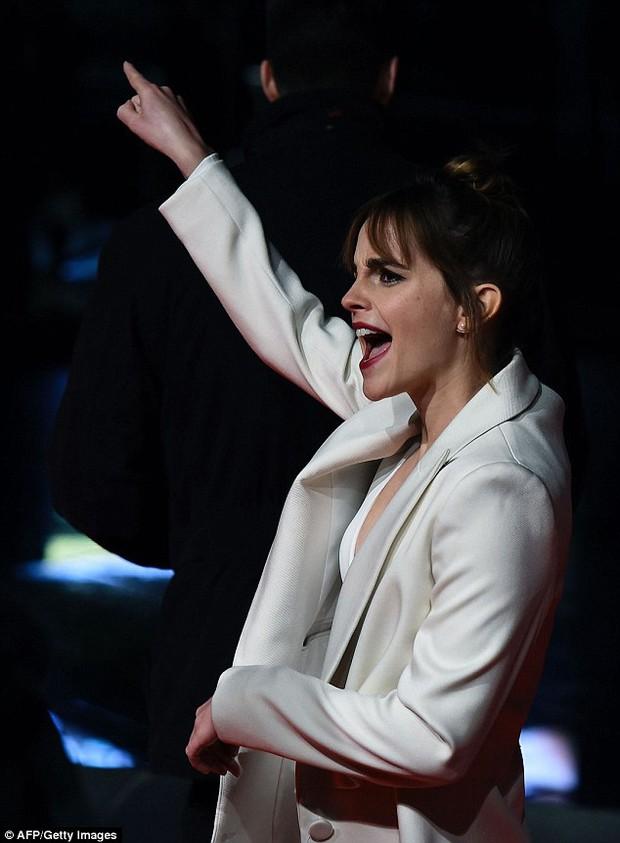 Emma Watson diện váy trễ nải khoe vòng 1 gợi cảm trên thảm đỏ - Ảnh 5.