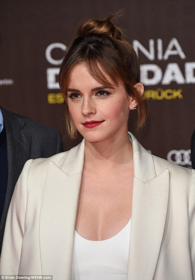 Emma Watson diện váy trễ nải khoe vòng 1 gợi cảm trên thảm đỏ - Ảnh 7.