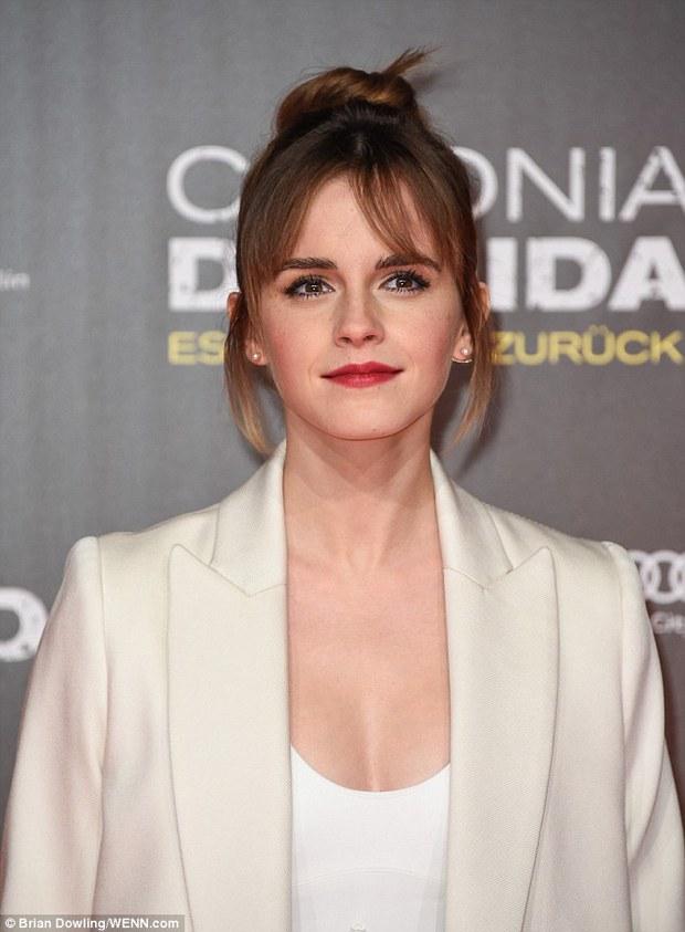 Emma Watson diện váy trễ nải khoe vòng 1 gợi cảm trên thảm đỏ - Ảnh 2.
