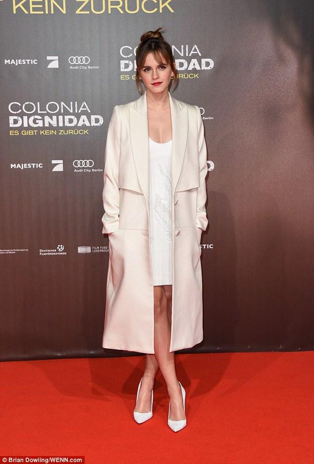 Emma Watson diện váy trễ nải khoe vòng 1 gợi cảm trên thảm đỏ - Ảnh 1.
