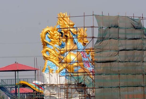 Những bức tượng khổng lồ sớm xây tối phá ở Trung Quốc - Ảnh 12.