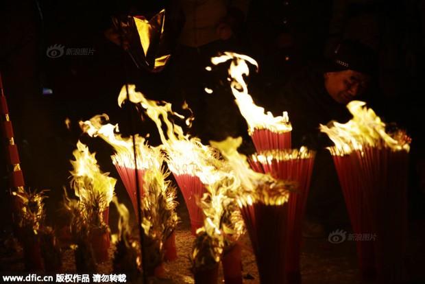 Người dân Trung Quốc chen chúc lên chùa cầu may dịp đầu năm mới - Ảnh 28.