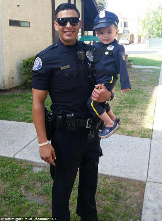 Đổ gục trước chàng cảnh sát đẹp trai chụp ảnh cùng bé trai người Mỹ gốc Việt - Ảnh 6.
