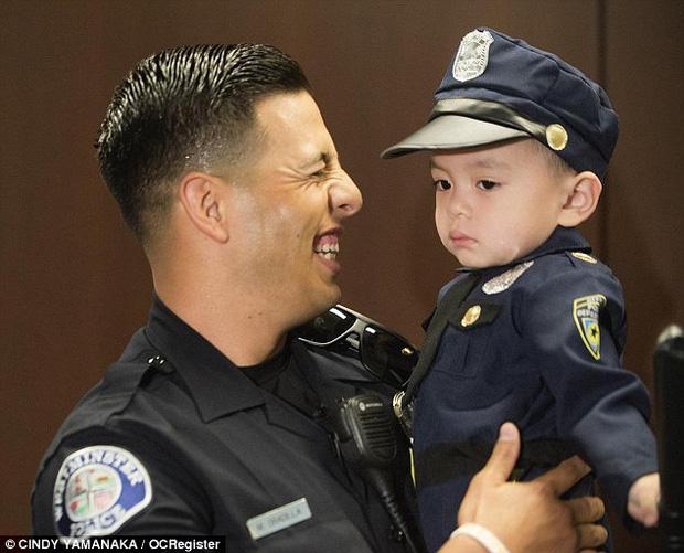 Đổ gục trước chàng cảnh sát đẹp trai chụp ảnh cùng bé trai người Mỹ gốc Việt - Ảnh 4.