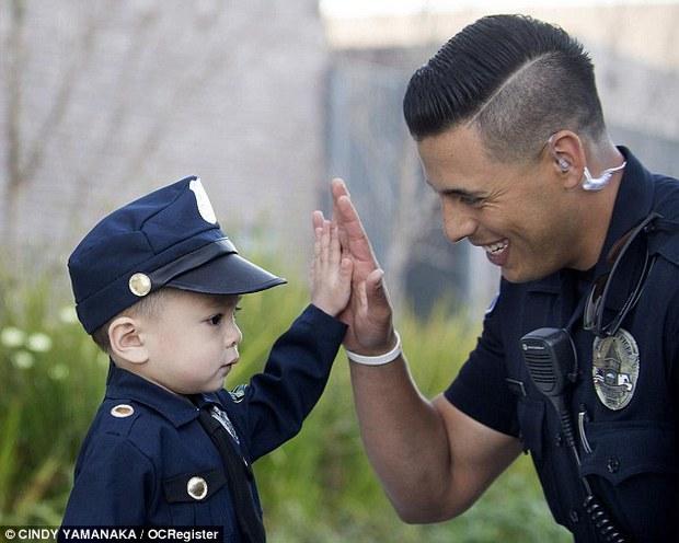 Đổ gục trước chàng cảnh sát đẹp trai chụp ảnh cùng bé trai người Mỹ gốc Việt - Ảnh 2.