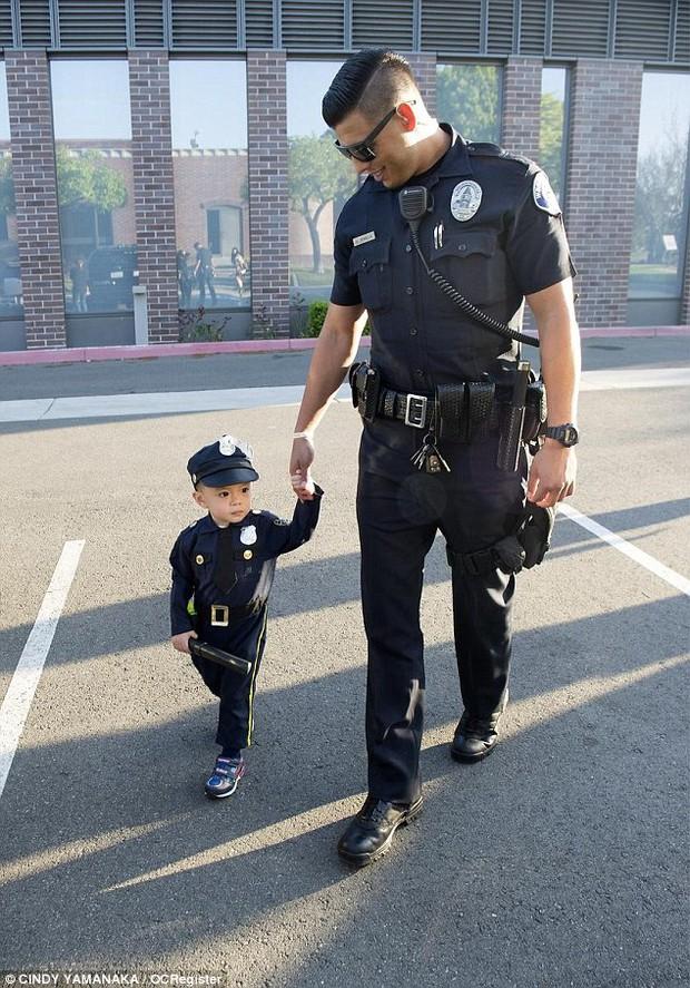 Đổ gục trước chàng cảnh sát đẹp trai chụp ảnh cùng bé trai người Mỹ gốc Việt - Ảnh 5.