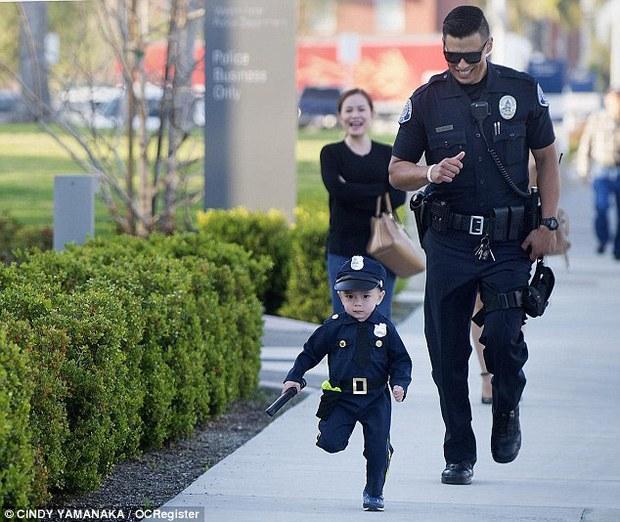 Đổ gục trước chàng cảnh sát đẹp trai chụp ảnh cùng bé trai người Mỹ gốc Việt - Ảnh 1.