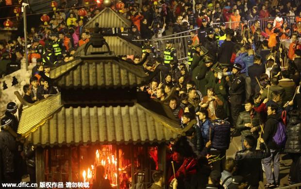 Người dân Trung Quốc chen chúc lên chùa cầu may dịp đầu năm mới - Ảnh 32.