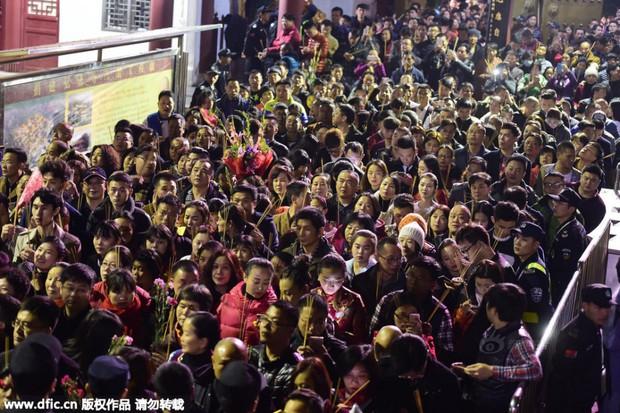 Người dân Trung Quốc chen chúc lên chùa cầu may dịp đầu năm mới - Ảnh 33.