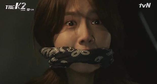 """""""K2"""": Ji Chang Wook bất lực nhìn Yoona bị kẻ thù bắt cóc - Ảnh 39."""