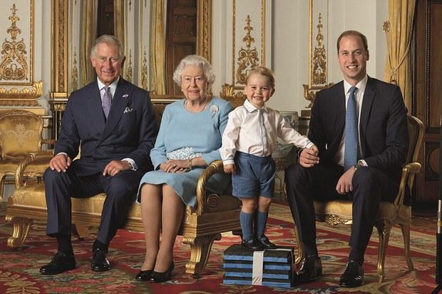 Hoàng tử nhí chụp ảnh mừng sinh nhật lần thứ 90 của Nữ hoàng Anh - Ảnh 1.