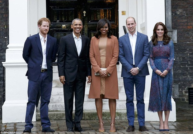 Hoàng tử nhí nước Anh mặc đồ ngủ bắt tay Tổng thống Mỹ Barack Obama - Ảnh 7.