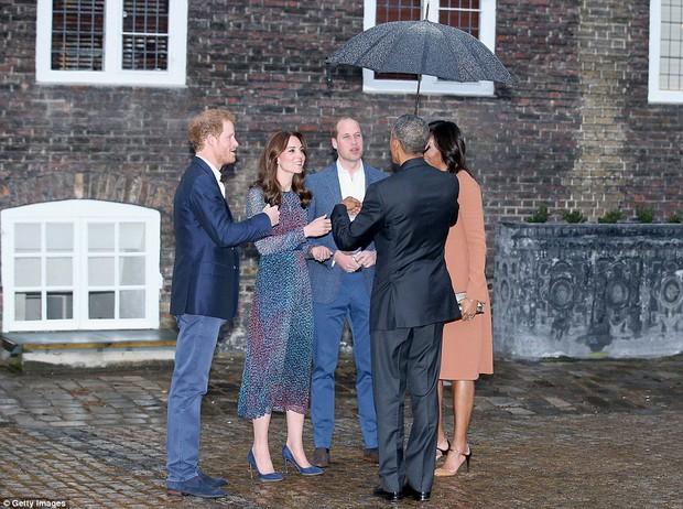 Hoàng tử nhí nước Anh mặc đồ ngủ bắt tay Tổng thống Mỹ Barack Obama - Ảnh 8.