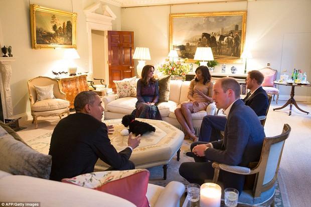 Hoàng tử nhí nước Anh mặc đồ ngủ bắt tay Tổng thống Mỹ Barack Obama - Ảnh 4.