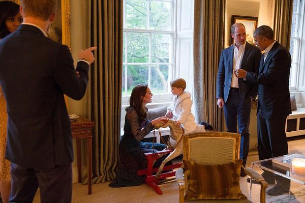 Hoàng tử nhí nước Anh mặc đồ ngủ bắt tay Tổng thống Mỹ Barack Obama - Ảnh 2.