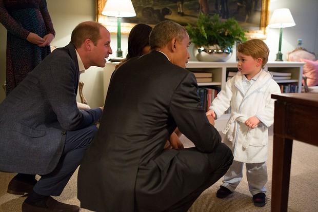 Hoàng tử nhí nước Anh mặc đồ ngủ bắt tay Tổng thống Mỹ Barack Obama - Ảnh 1.
