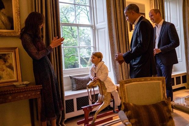 Hoàng tử nhí nước Anh mặc đồ ngủ bắt tay Tổng thống Mỹ Barack Obama - Ảnh 3.