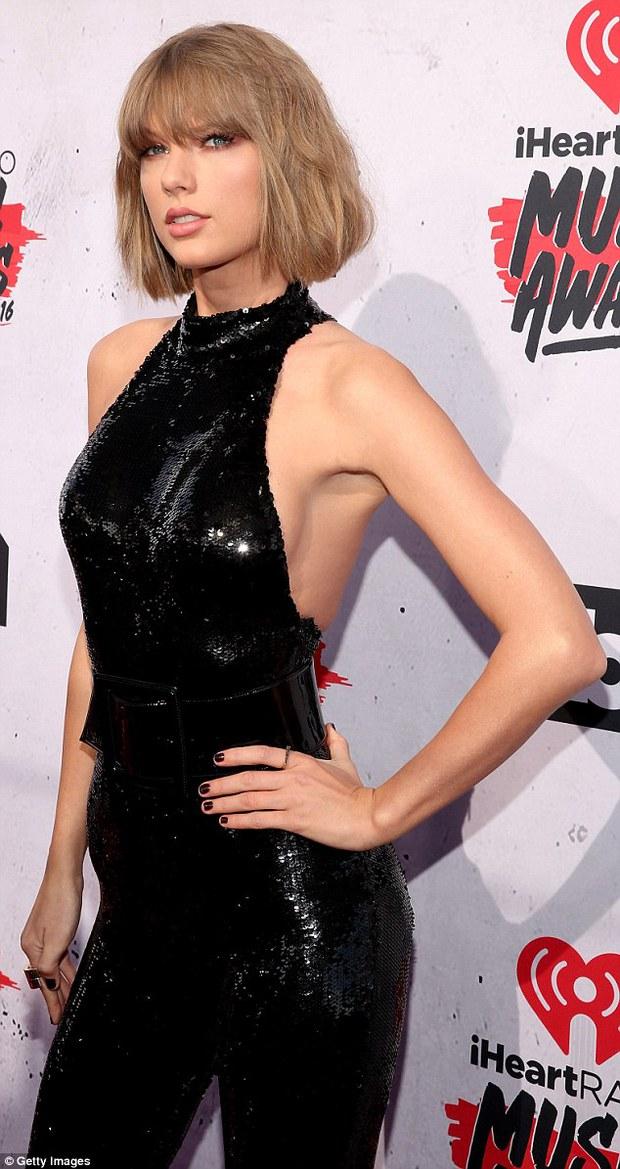 Ngực to xưa rồi! Phẫu thuật ngực nhỏ như Taylor Swift, Kendall Jenner mới thời thượng - Ảnh 2.