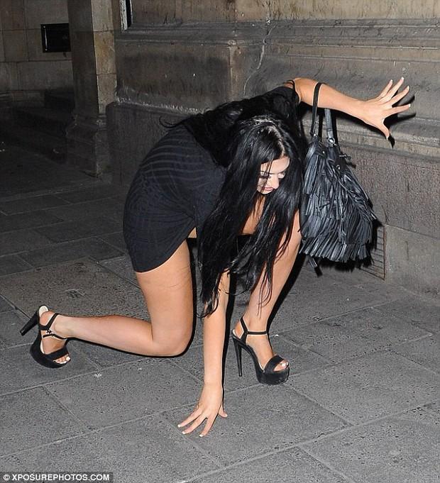 Sao nữ người Anh ngã lăn quay, lộ cả nội y giữa đường vì say rượu - Ảnh 5.