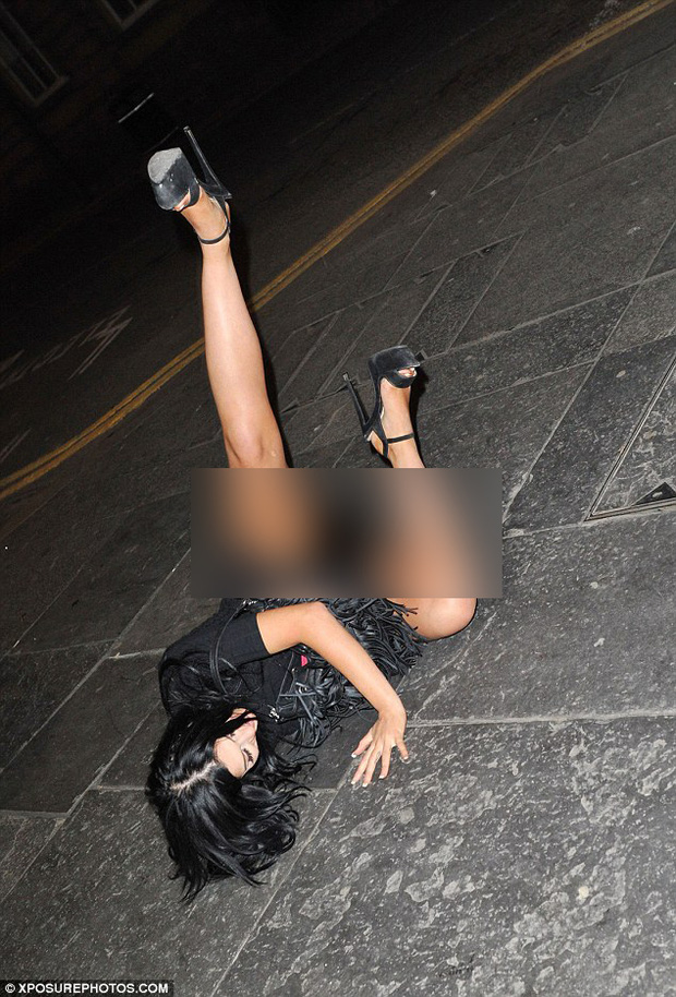 Sao nữ người Anh ngã lăn quay, lộ cả nội y giữa đường vì say rượu - Ảnh 3.